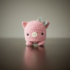 Crochet this pig and learn how to make your amigurumi bigger by holding two strands of yarn at the same time! Free pattern via Studio Ami!