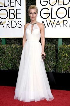 Gillian Anderson attends the Golden Globe Awards 2017