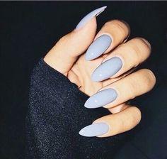 uñas largas almendradas color lila