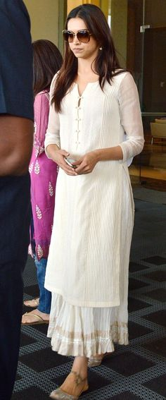 Kurta/skirt combo, so classy! Love this outfit! Salwar Designs, Kurta Designs Women, Blouse Designs, Pakistani Dresses, Indian Dresses, Indian Outfits, Indian Attire, Indian Wear, Kurta Skirt