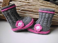 diese süssen stiefelchen habe ich für ganz kleine füsse gestrickt. die farben sind grau und rosa.mit gehäkelter blüte als schmuck.als muster habe i...