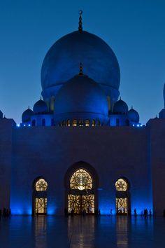 The Sheikh Zayed Grand Mosque ~ Abu Dhabi, United Arab Emirates Islamic Architecture, Amazing Architecture, Art And Architecture, Historical Architecture, Abu Dhabi, Beautiful Mosques, Beautiful Places, Beautiful Buildings, Beautiful Pictures