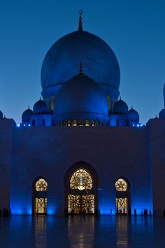 The Sheikh Zayed bin Sultan Al Nahyan Mosque located in Abu Dhabi, UAE |