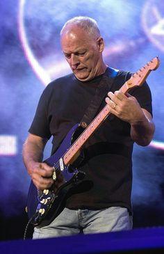 """LONDRA - Dopo le voci la conferma: tornano i Pink Floyd, con un album che uscirà in ottobre. C'è già anche il titolo: """"The Endless River"""" e conterrà materiale inedito estrapolato dalle sessioni che hanno dato vita all'ultimo album registrato in studio, """"The Division Bell"""", uscito vent'anni fa. Lo ha rivelato con un tweet Polly Samson, scrittrice, compagna nella vita e nell'arte di David Gilmour (""""tratto dalle session del 1994, è il canto del cigno di Rick Wright""""). E lo conferma su Facebook…"""