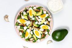 Zielona sałatka z awokado, jajkiem i kurczakiem podana z sosem jogurtowym z dodatkiem czosnku. Pyszna i lekka przekąska, idealna na drugie śniadanie do pracy. Avocado Egg, Cobb Salad, Menu, Lunch, Cooking, Breakfast, Food, Salads, Menu Board Design