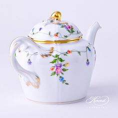 The double twisted handle with golden strips makes this IA VT Tea pot so unusual, special.