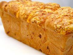Dit hartige kaas ui brood is heerlijk bij een salade of soep. Het kaas ui brood past bijvoorbeeld perfect bij ons franse uiensoep recept. Het is ook een erg leuk brood om te maken, want in de winkel zal je dit kaas ui brood niet vaak tegenkomen. Het brood is erg mals en luchtig en blijft zeker dag nog zo, door het gebruik van boter in het deeg.