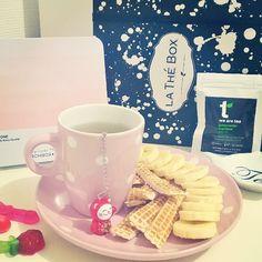 Miam ! Je vais encore une fois me régaler  Avec une banane biologique  une gauffre saveur vanille  et un thé vert de Chine de la marque we are tea découvert dans la thé box de ce mois  Le petit chat est le diffuseur de thé trop mignon reçu dans la même thé box  Bonne fin d'après-midi ❤ #goûter #break #banane #banana #bio biologique #organic #gauffre #vanille #vanilla #thé #vert #thévert #greentea #green #tea #lathébox #birchbox #birchboxfr #pantone #rose #pink #polka