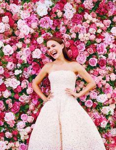 flower backdrop inspiration als hintergrund aufsteller für die arbeit wo man fotos machen kann? evtl auch mit krepppapierrosen?