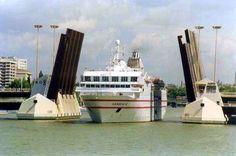 """Hermosa imagen de un pequeño crucero atravesando el """"triple"""" puente levadizo de las Delicias. #SevillAyer"""