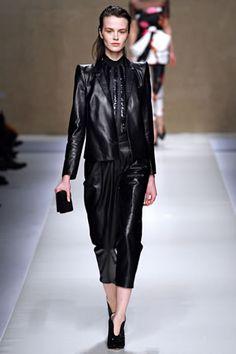Conjunto de pantalón 3/4 y chaqueta de cuero de Blumarine