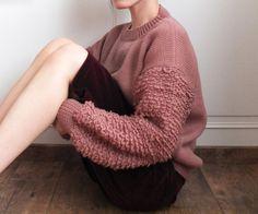 Pull rose foncé boxy bouclé en laine/cashmere fait par Metaformose
