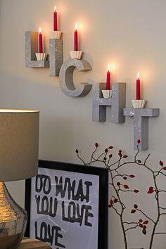 Letras em madeira podem ser usadas como suportes criativos para velas. É só apoiar pontos de luz sobre as peças para um efeito lindo e diferente. Só não esqueça de fixá-las bem em letras arredondadas.