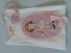 Camiseta niña manga corta en tonos rosas con muñeca. Modelo 2