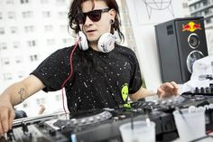 Skrillex is an American electronic music producer, DJ, singer and songwriter. He is known professionally as Skrillex. Dj Quotes, Best Music Artists, Star G, Hippie Costume, Best Dj, Rave Festival, Rave Wear, Attractive Men, Electronic Music