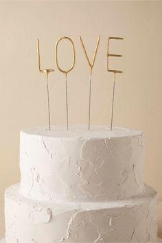 prskavky LOVE na krásném jemném čistém svatebním dortu