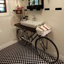 Bicicleta como mueble bajo lavabo