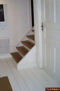 Painted entry and stairs trappa,trätrappa,vitmålade golv,brunt,vitt