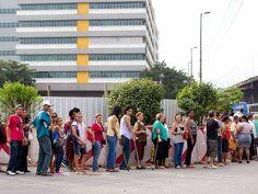 Pessoas enfrentam fila para tentar marcar consulta na manhã desta segunda-feira  Foto: Márcia Foletto / O Globo