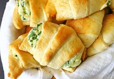These Cheesy Spinach Crescents are an easy snack to serve for holidays. Light & fluffy crescent rolls loaded with melted cheese & spinach are delicious. Pillsbury Crescent Recipes, Crescent Roll Recipes, Crescent Rolls, Pillsbury Dough, Crescent Dough, Easy Snacks, Yummy Snacks, Yummy Food, Breakfast Casserole