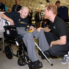 Prince Harry Photos - Prince Harry meets 102 year old veteran Norm Baker at the Invictus Games 2017 on September 2017 in Toronto, Canada - Invictus Games Toronto 2017 - Day 6 Prince Harry Of Wales, Prince Harry Photos, Prince Henry, Prince William, Prince And Princess, Princess Of Wales, Princess Diana, Ww2 Veterans, Athletic Center
