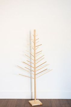 If you love modern, simplistic, and minimalist holiday decor this project is for you! This DIY Christmas tree is made from wooden dowels! Cardboard Christmas Tree, Diy Felt Christmas Tree, Wooden Christmas Decorations, Modern Christmas, Christmas Crafts, Minimalist Christmas, Christmas Ideas, Christmas Things, Christmas Christmas