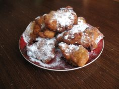 Oliebollen - #Oliebollen is a traditional Dutch pastry similar to a #doughnut and is Belgian food. Fried until golden and served warm dusted with icing sugar they are irresistable! Some modern variations serve them topped with berry filling. #sweets #festivesweet #oliebollenparty #appelflappen