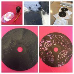 Transformer des CDs vieux dans tes propres pièces d'art!  Matériaux :  -CD  -De la peinture noire (J'ai utilisé de la peinture par pulvérisation)  -Un Crayon  -Quelque chose pointue pour gratter la peinture  Directions :  1. Peint ton CD avec la peinture noir  2. Quand la peinture est sèche, dessine l'image que tu veux sur ton CD  3. Gratte ton objet pointu au-dessous de tes dessins de crayon pour enlever la peinture de cette région et révéler le CD brillant en dessous! #DIY #CD #Artisanat