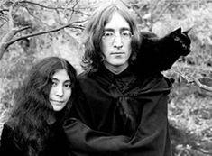 John Lennon with black cat. (The original photo has Yoko Ono at John& side,. Crazy Cat Lady, Crazy Cats, I Love Cats, Cool Cats, Jhin League Of Legends, Celebrities With Cats, Celebs, Men With Cats, Animal Gato