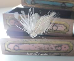Bridal Feather Fascinator Wedding Hair par PeachAndFreckles sur Etsy, $59,50