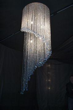 Fontaine de lumière ronde en spirale, en cristal de Swarovski Envisageable de toutes formes info@i-lustres.com www.i-lustres.com