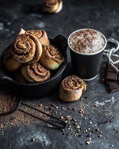 Третьей в рамках бодрящего тура #okuprin_ocoffee  стала кофейня @coffeeat22 на Казанской 22. Лаконичный интерьер любимый подавляющий черный вокруг бетон дерево. По еде ничего за чем бы я вернулась но признаюсь десертов я не пробовала. Зато я попробовала кофе и он оказался отличным. Простой и вкусный как и окружающее пространство(160р. за чашку на вскидку около 300 мл.) а ещё я думала что меня не удивить напитком кроме классического латте или капучино в своих походах я пробую что-то из…