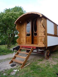 Gypsy Wagon~Image via Les Roulottes. http://www.lesroulottes.com/-Construction-de-ROULOTTES-.html