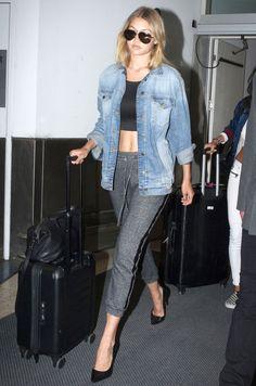 Street style da modelo Gigi Hadid no aeroporto, com look confortável.