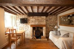 2 Bedroom Cottage in Northleach to rent from £400 pw. With Fireplace, Telephone, TV and DVD.
