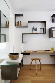 The Design Files Kuvat: Lucy Feagins Moderni koti - A Modern Home Europaconcorsi . Interior Architecture, Interior And Exterior, Mini Loft, The Design Files, Shelf Design, Interiores Design, Bathroom Interior, Living Spaces, Furniture Design