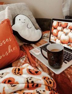 Mes do Halloween 👻 Casa Halloween, Halloween Bedroom, Halloween Carnival, Halloween Movies, Halloween Season, Herbst Bucket List, Fall Room Decor, Fall Bedroom, Autumn Aesthetic