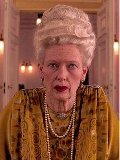 Escena de El Gran Budapest Hotel. Wes Anderson, 2013.  La Línea del vestuario de la Sra. D (Tilda Swinton), y sus estampados, nacen de los estilemas de la pintura de Gustav Klimt.