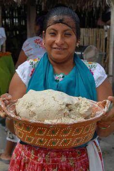 Lucina, mujer totonaca con masa de maíz.