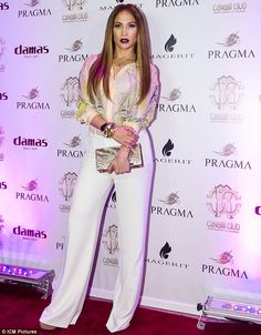 Celebrity Style: From Chic To Retro And Glam To Old Hollywood. Jennifer Lopez went for a chic look in a white wide-leg pant and printed shirt by Roberto Cavalli. J Lo Fashion, Fall Fashion Outfits, Casual Fall Outfits, Jennifer Lopez, White Wide Leg Pants, White Trousers, Khaki Pants, Evolution Of Fashion, Celebrity Look