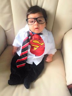 21 halloween costume ideas for kids!Put the baby costumes in storage! Your little one is now big enough to trick-or-treat and he or she will need a toddler Halloween costume. Cute Baby Halloween Costumes, Toddler Costumes, Halloween Kids, Halloween Zombie, Halloween 2017, Onesie Costumes, Superman Costumes, Baby Skunk Costume, Pikachu Costume