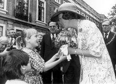 Op 27 juni 1980 bezoekt koningin Beatrix het Provinciehuis in Haarlem. Bij aankomst wordt haar een bosje bloemen aangeboden