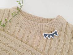 秋冬カラーのブローチをアップしましたので、 もしよろしければご覧くださいませ✨ . ニットとブローチの組み合わせたまらないですね♡  昨日もグレーのノルディック柄のニットに ツバメのブローチをつけておでかけしました . #刺繍 #ハンドメイド #アクセサリー #ブローチ #刺繍アクセサリー #brooch #embroidery  #handmaid #accessory #ricamopoco #iichi #pinkoi #pinkoijp