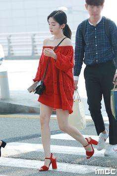 Which k-pop idol has a good fashion sense in your opinion? Kpop Fashion, Asian Fashion, Girl Fashion, Daily Fashion, Seulgi, Korean Airport Fashion, Kpop Mode, Red Velvet Irene, Girl Outfits