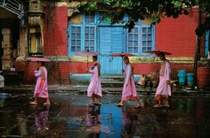 """""""If you wait, people will forget your camera and the soul will drift up into view,"""" --- steve mccurry, http://uk.phaidon.com/agenda/photography/video/2011/october/28/steve-mccurrys-one-minute-masterclass-3/에서 인용."""