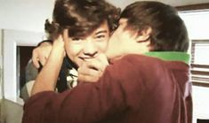 Larry Stylinson, Four One Direction, One Direction Pictures, Great Love Stories, Love Story, Cheek Kiss, Louis And Harry, Mutual Respect, I Want To Cry
