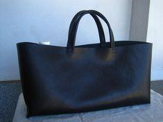 ※こちらN様オーダー品となります。画像はサンプルです。両バッグ共に口周り切りっぱなしタイプ。イタリア製牛革の横長トートバッグ(黒)・基本価格 ・ステ...|ハンドメイド、手作り、手仕事品の通販・販売・購入ならCreema。