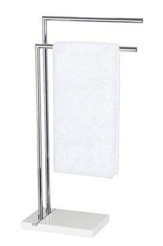 Eleganter Handtuchständer aus verchromten Stahl und Standfuß aus Polyresin mit Chrom-Applikation. Gesehen für € 89,99 bei kloundco.de.