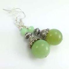 Kolczyki z kamieniami jasno zielonego agatu  i kryształkami.