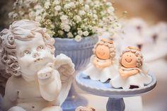 O batizado do Caê   Macetes de Mãe Angel Decor, Baptism Party, Alice, Cake, Porcelain, Party Ideas, Decorating Cakes, Fiestas, Christening